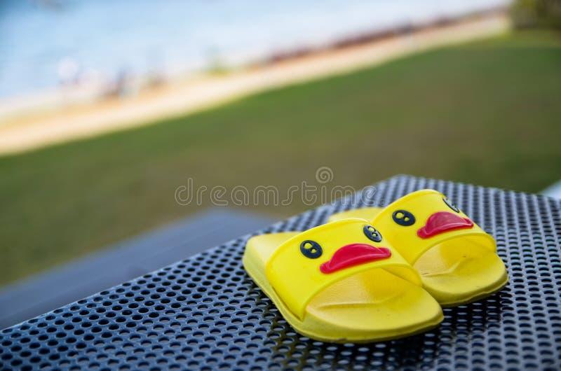 Geel sandalseendje op lijst naast het zwembad royalty-vrije stock foto's