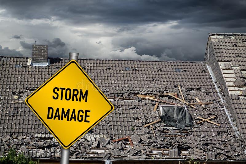Geel schadewaarschuwingsbord voor onweer beschadigd dak van hou stock foto