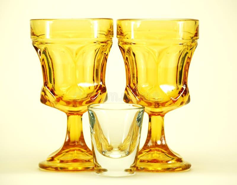 Geel stamde drinkend glasse royalty-vrije stock afbeeldingen