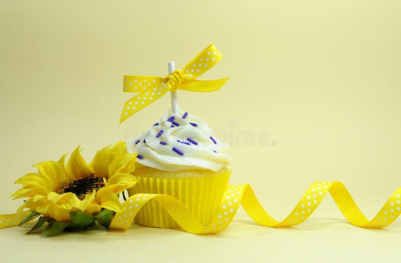 Geel thema cupcake met zonnebloem stock foto's