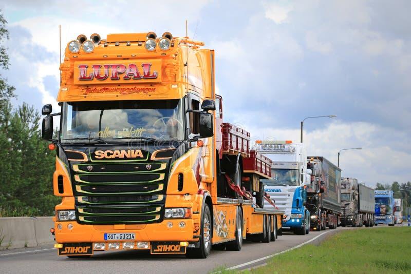 Geel toon Vrachtwagen Scania van LUPAL stock fotografie