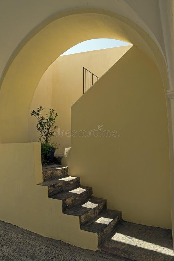 Geel trappenhuis van gepleisterd beton met sterk zonlicht en zachte schaduwen royalty-vrije stock foto's