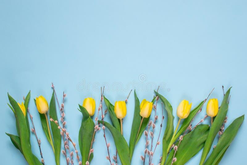 Geel tulpenboeket, blauwe achtergrond, de lentetijd Pasen-dagconcept royalty-vrije stock foto