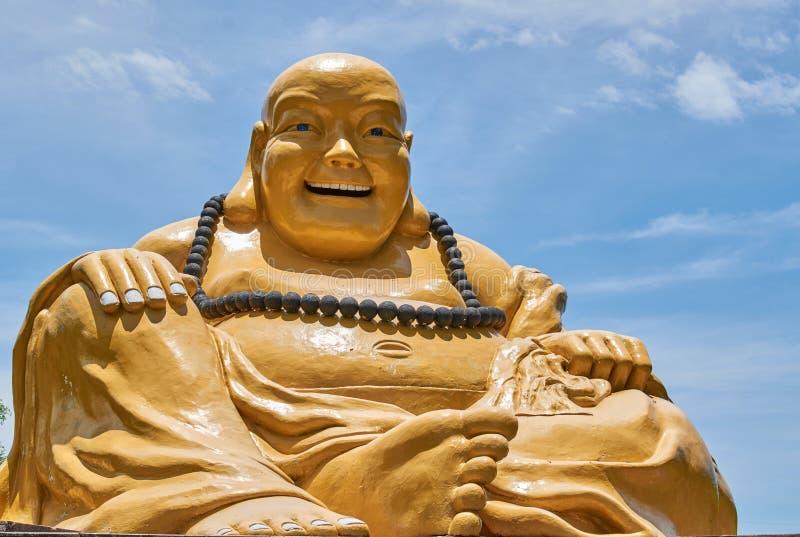 Geel vet het monumentenstandbeeld van Boedha met blauwe hemel royalty-vrije stock afbeeldingen