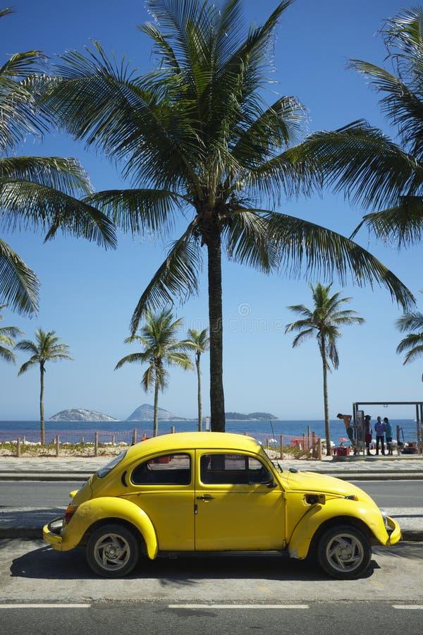 Geel Volkswagen Beetle Fusca Rio de Janeiro Brazil royalty-vrije stock foto's