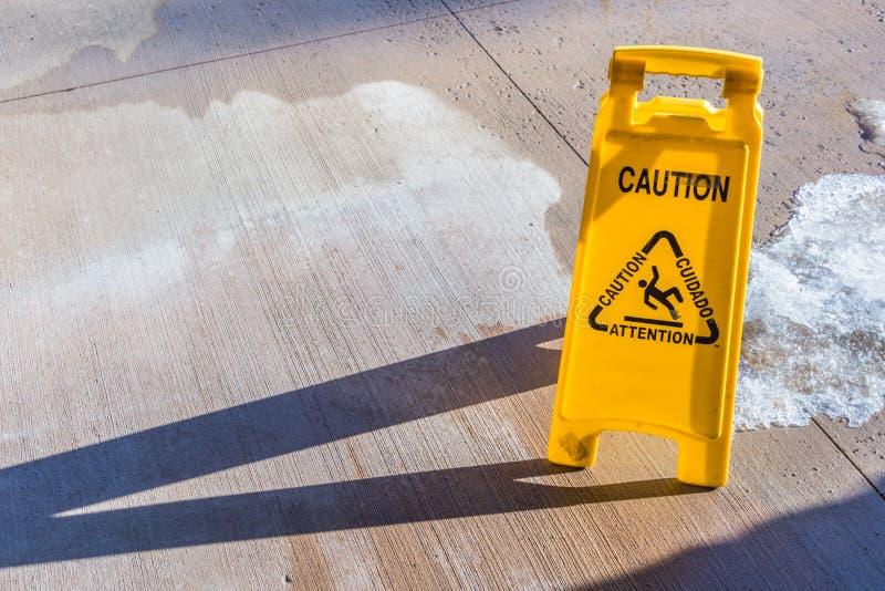 Geel voorzichtigheidsteken stock afbeelding