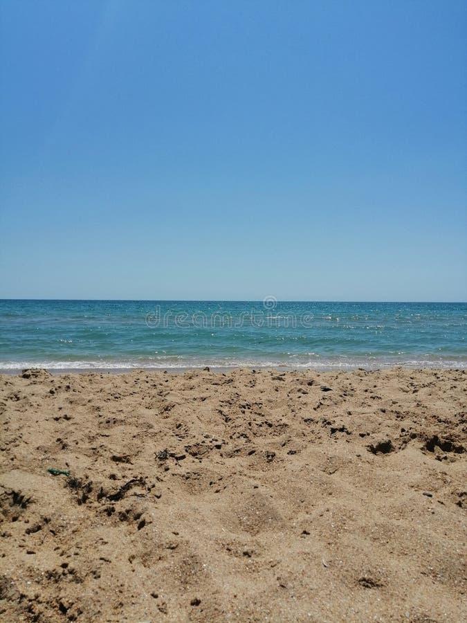 Geel zand met shells in de schaduw royalty-vrije stock afbeeldingen