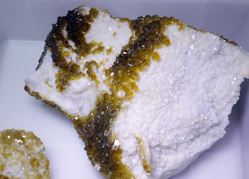 Geelgroen erts in bijlage aan witte steen, rgb adobe royalty-vrije stock foto