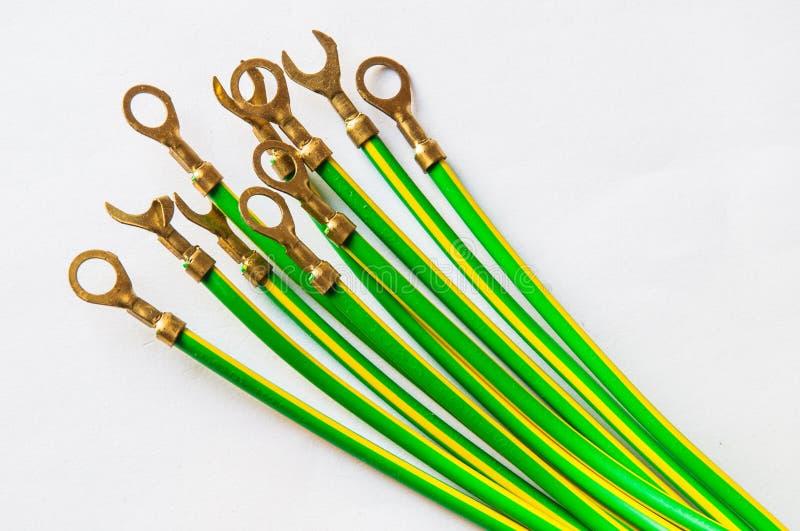Geelgroene elektrische die kabel met kabelhandvat op wit wordt geïsoleerd stock afbeelding