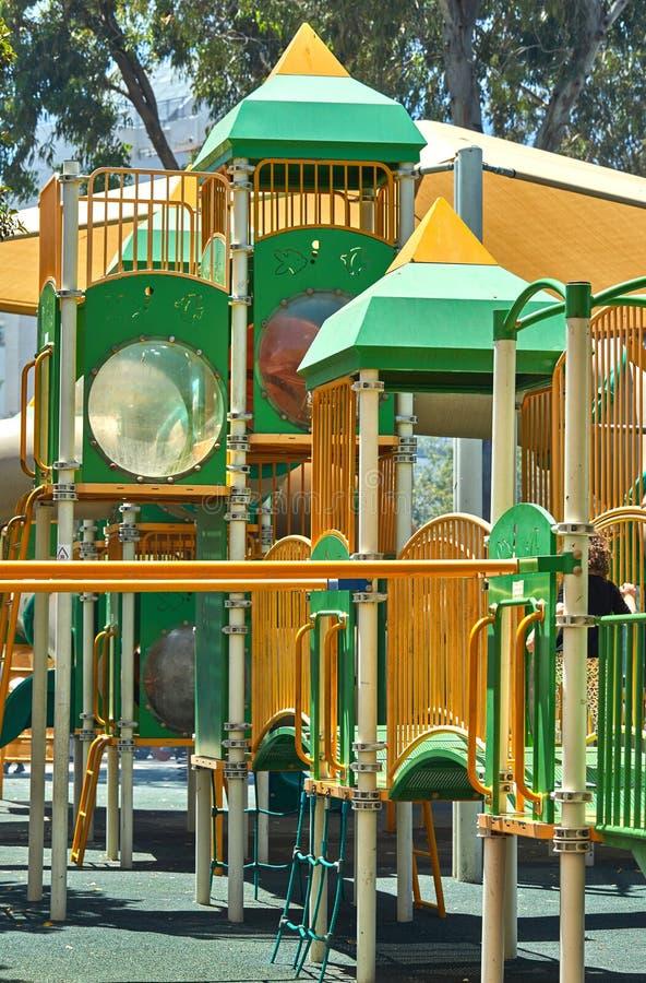 Geelgroene speelplaats, schot op een heldere zonnige dag royalty-vrije stock foto