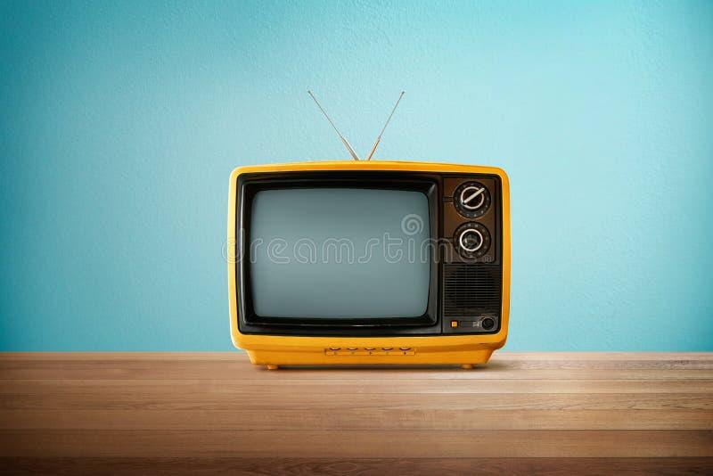 Geeloranje kleuren oude uitstekende retro Televisie stock foto's