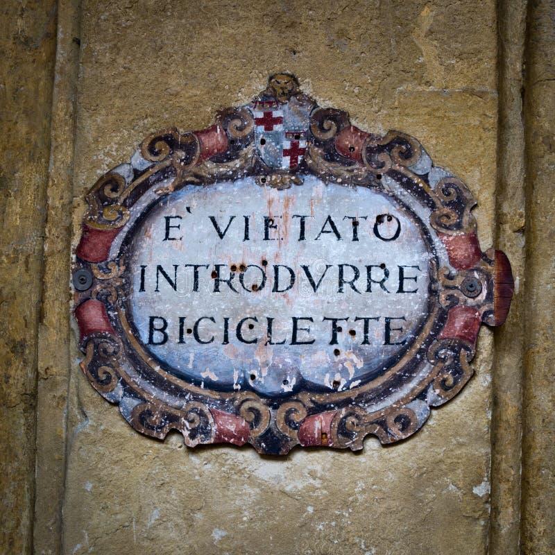 Geen fiets stond antiek teken in het Italiaans toe royalty-vrije stock afbeeldingen
