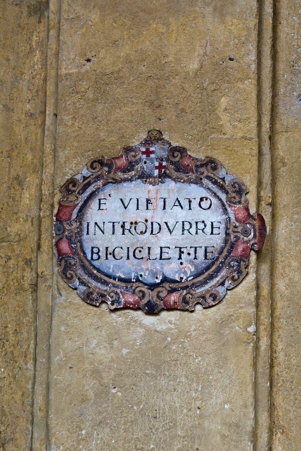 Geen fiets stond antiek teken in het Italiaans toe stock afbeeldingen