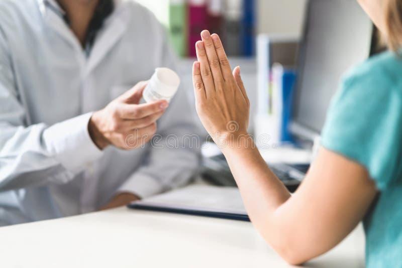 Geen geneeskunde Patiënt die medicijn weigeren te gebruiken Slechte bijwerkingen van tabletten royalty-vrije stock afbeelding