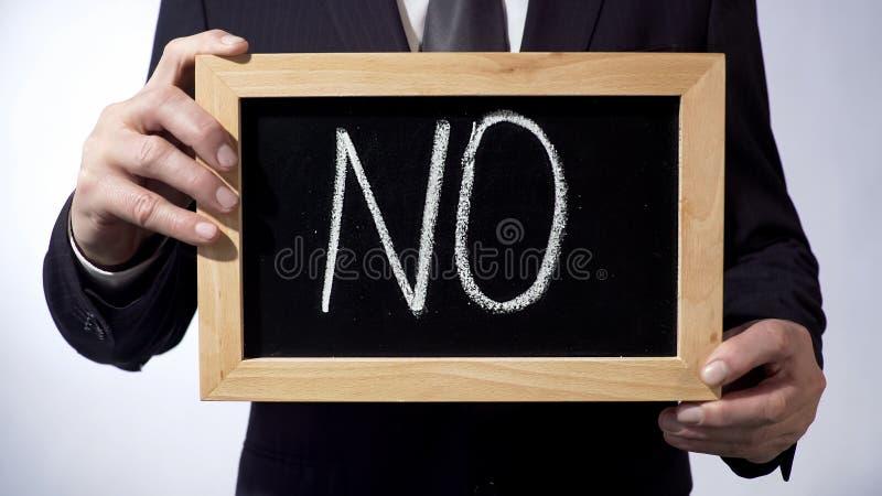 Geen geschreven op bord, het teken van de zakenmanholding, die corruptie roepen tegen te houden royalty-vrije stock fotografie