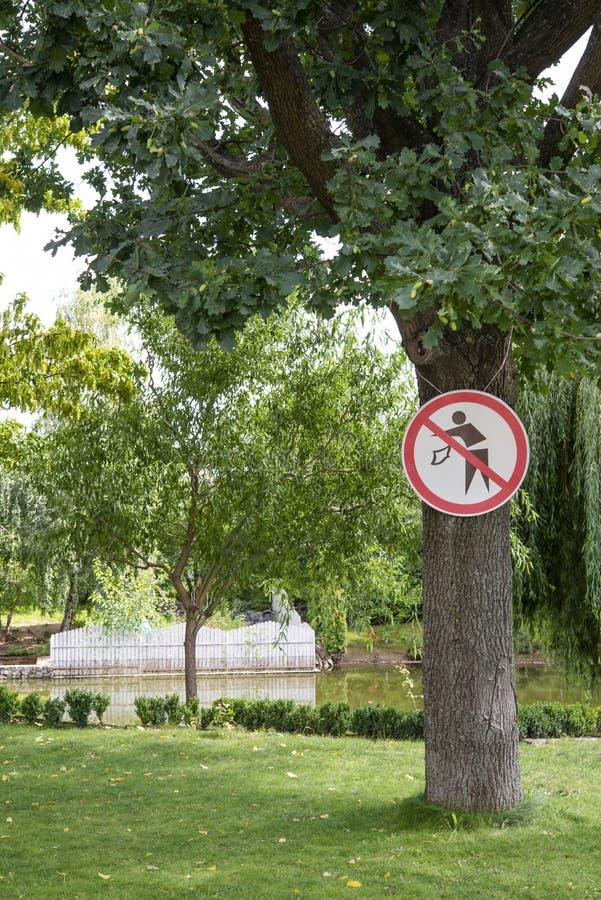 Geen het een rommel maken van teken in het park stock foto