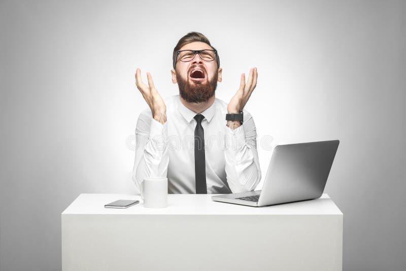 Geen manier! Het portret van emotionele doen schrikken jonge manager in wit overhemd en de avondkleding zitten in bureau en het g royalty-vrije stock fotografie