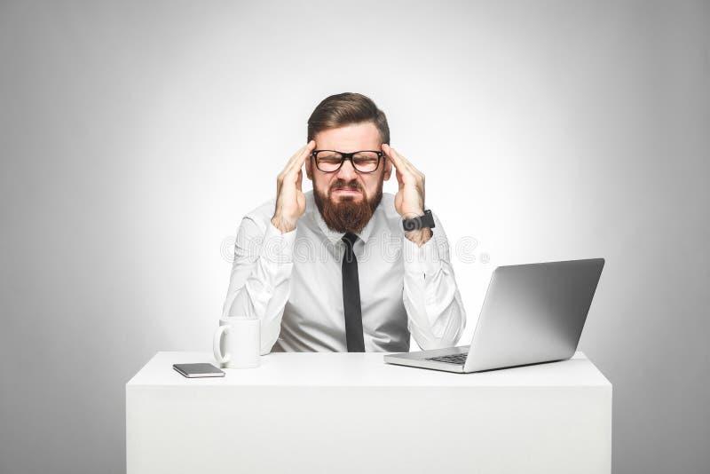 Geen manier! Het portret van emotionele verstoorde jonge manager in wit overhemd en de avondkleding zitten in bureau en het grima stock afbeelding