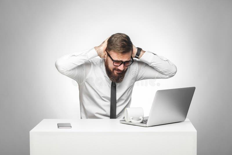 Geen manier! Het portret van unhealphy pijnlijke jonge manager in wit overhemd en de avondkleding zitten in bureau en hebben ster royalty-vrije stock afbeelding
