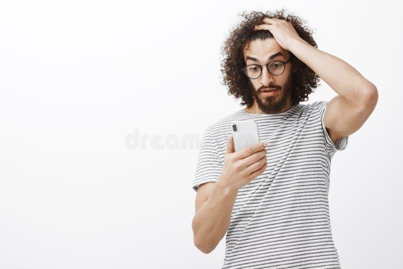 Geen manier, kan niet deze druk behandelen Gefrustreerd verward mannetje met baard, wat betreft krullend haar en het staren bij s stock afbeelding