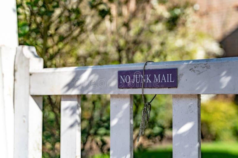 Geen Ongewenste e-mailteken op de tuinpoort van een typisch Engels woon oud rijtjeshuis van Londen royalty-vrije stock afbeelding