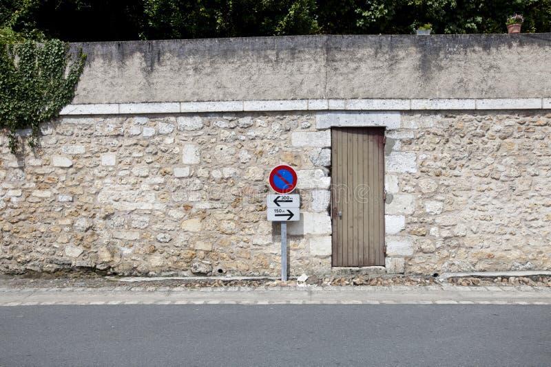 Geen parkerenteken tegen steenmuur stock foto