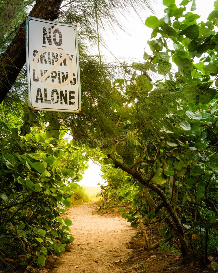 Geen Skinny Dipping Alone-teken op strandpad royalty-vrije stock foto