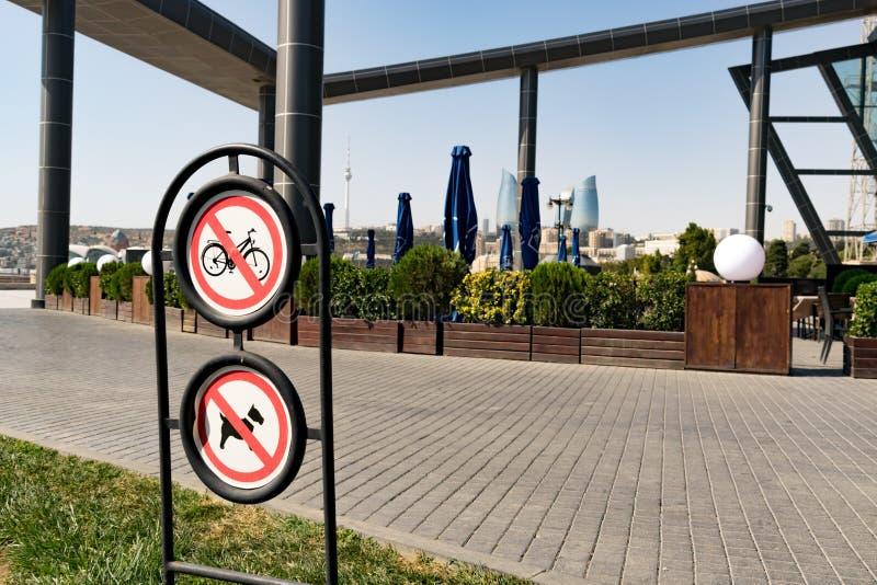 Geen toegestane cirkelen en geen honden ondertekenen in park royalty-vrije stock foto