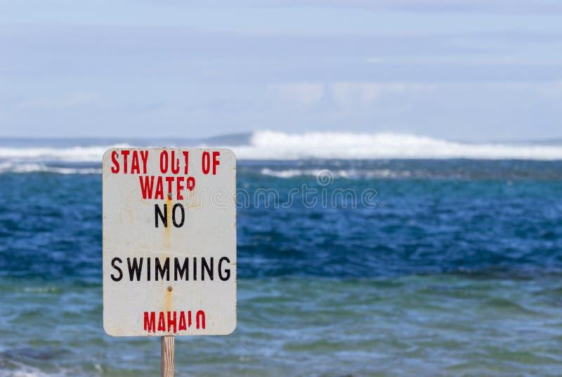 Geen zwemmend gevaarsteken graaft Strand een tunnel stock afbeeldingen