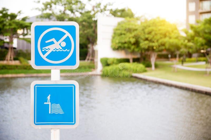 Geen zwemmend teken - Gevaars Ondiep water Meer ondertekent in mijn portefeuille stock afbeelding