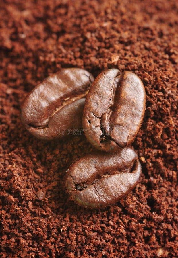 Geerdeter Kaffee und Kaffeebohnen lizenzfreie stockfotos