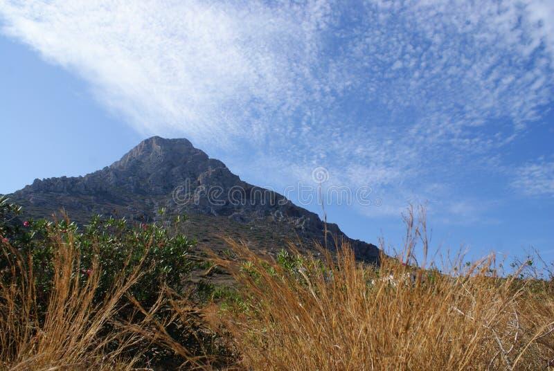 Geereece, die Insel von Telendos Der Berg, der die Insel beherrscht lizenzfreie stockfotos