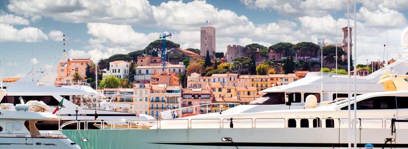 Geerntete Ansicht von Le Suquet- die alte Stadt und Port Le Vieux von Cannes, Frankreich lizenzfreie stockfotos