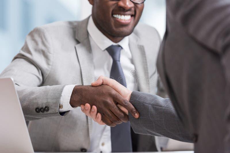 geerntete Ansicht von multiethnischen Geschäftsmännern in den Klagen lizenzfreie stockfotos