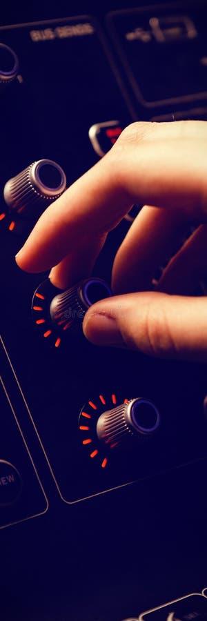 Geerntete Hand des Drehengriffs des Audioingenieurs lizenzfreie stockfotografie