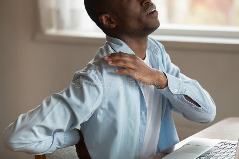 Geerntete Kerl-Notenschulter des Bildes afrikanische leidet unter schmerzlichen Empfindungen stockbild