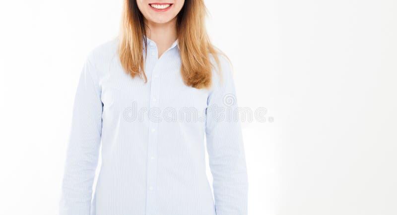Geerntete lächelnde moderne Geschäftsfrau des Porträts lokalisiert auf weißem Hintergrund Mädchen im Hemd Kopieren Sie Raum, lösc lizenzfreie stockfotos