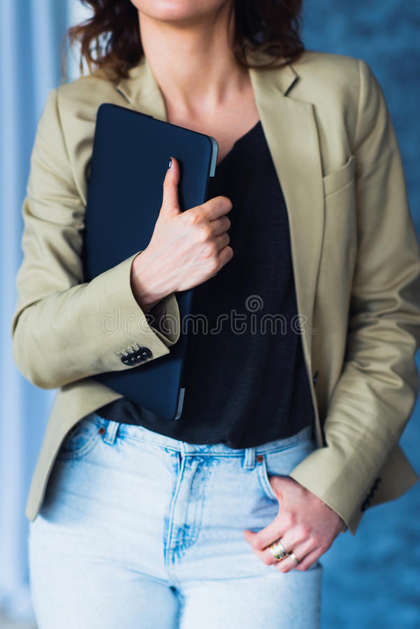 Geerntete Schussansicht des Studenten Laptop halten stockbild