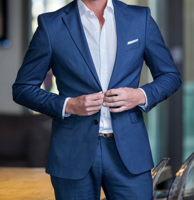 Geernteter Mann in einem intelligenten Anzug stockfotografie