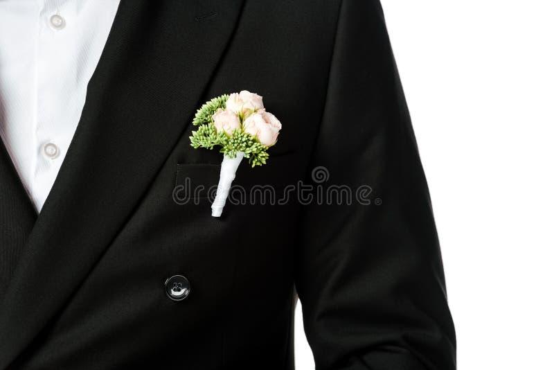 geernteter Schuss des Bräutigams im stilvollen schwarzen Anzug mit Boutonniere stockbilder