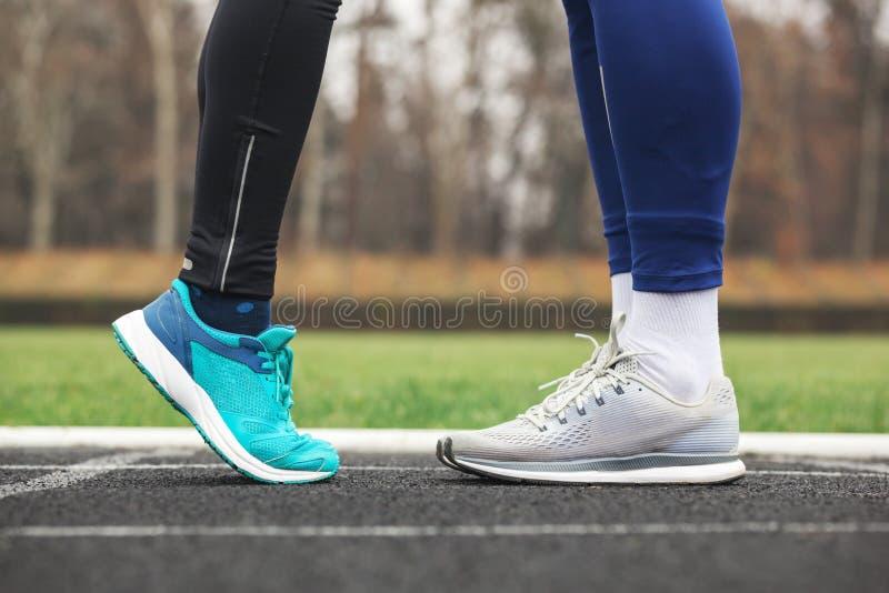 Geernteter Schuss männlichen und weiblichen Beine in den Laufschuhen nah an lizenzfreies stockfoto