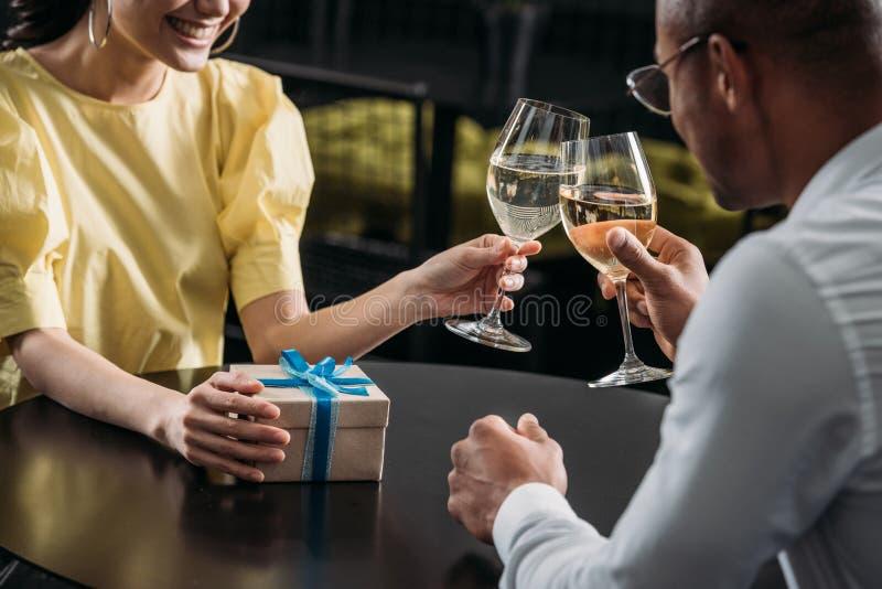 geernteter Schuss von den jungen Paaren, die Jahrestag feiern stockfoto