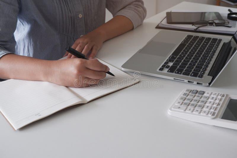 Geerntetes Bild der Berufsgeschäftsfrau arbeitend in ihrem Büro über den jungen weiblichen Manager des Laptops, der Gerät des tra lizenzfreies stockbild