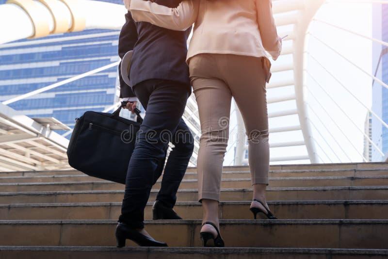 Geerntetes Bild der Geschäftsfrau oben gehend die Treppe stockfoto