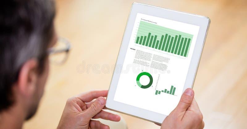 Geerntetes Bild des Geschäftsmannes Diagramme auf Tablet-PC wiederholend lizenzfreies stockbild