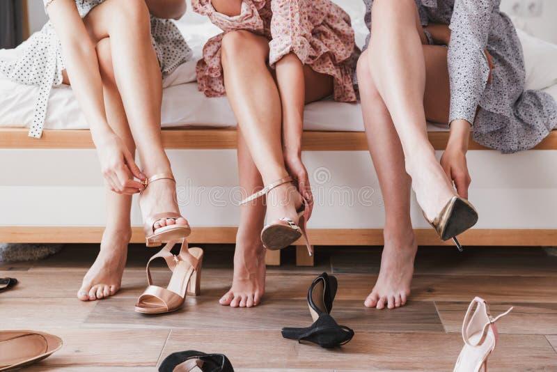 Geerntetes Bild mit den Beinen von europäischen tragenden Kleidern der Mädchen 20s stockbilder