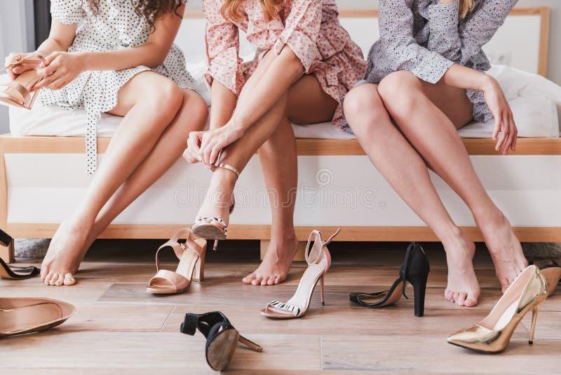 Geerntetes Bild von attraktiven tragenden Kleidern der Modemädchen 20s lizenzfreies stockfoto