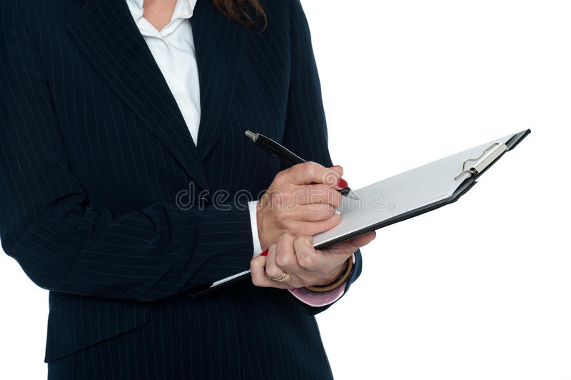 Geerntetes Bild weiblichen Sekretärs Kenntnisse nehmend stockfotos