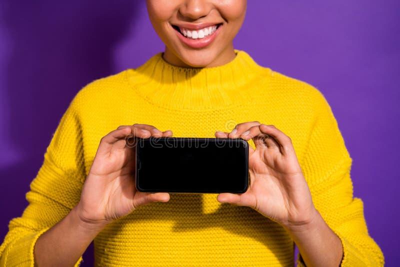 Geerntetes Großaufnahmeporträt von ihr sie nettes attraktives nettes heitres zufriedenes Mädchen, das im Handneuen kühlen Gerät h lizenzfreie stockfotos