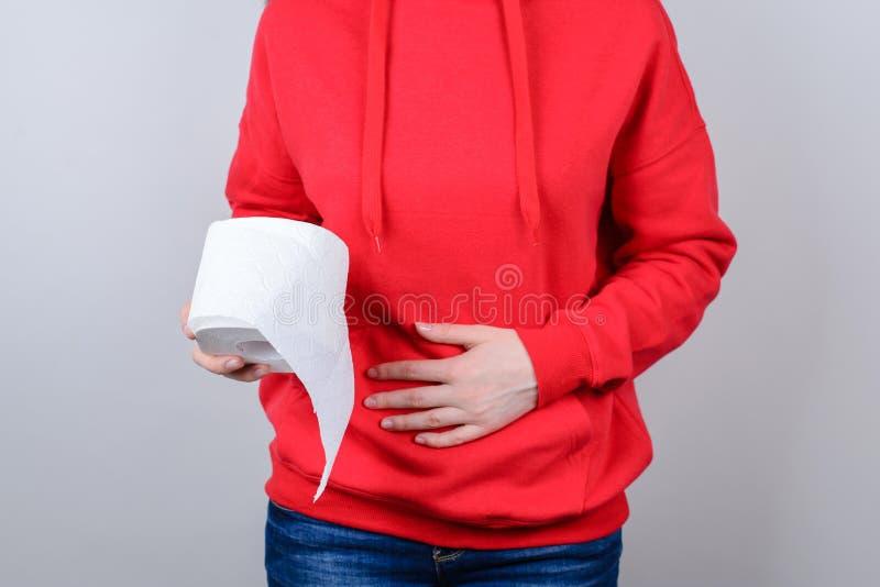 Geerntetes Nahaufnahmefoto des traurigen unglücklichen Umkippens, das schlechte Ursache der ungesunden Nahrung sich fühlt, Nahrun stockbilder